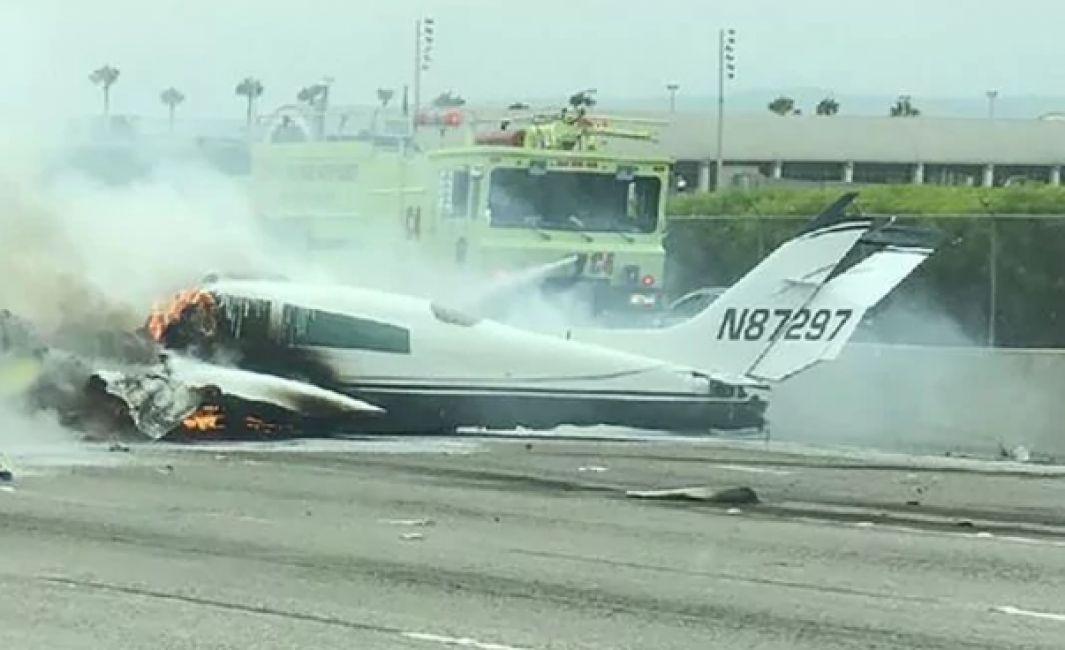 Avioneta aterriza de emergencia en autopista y se incendia, 2 heridos — EEUU