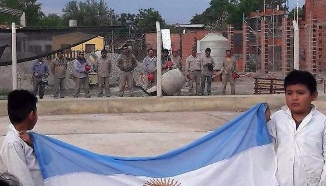 El gesto patriótico de un grupo de albañiles — Salta