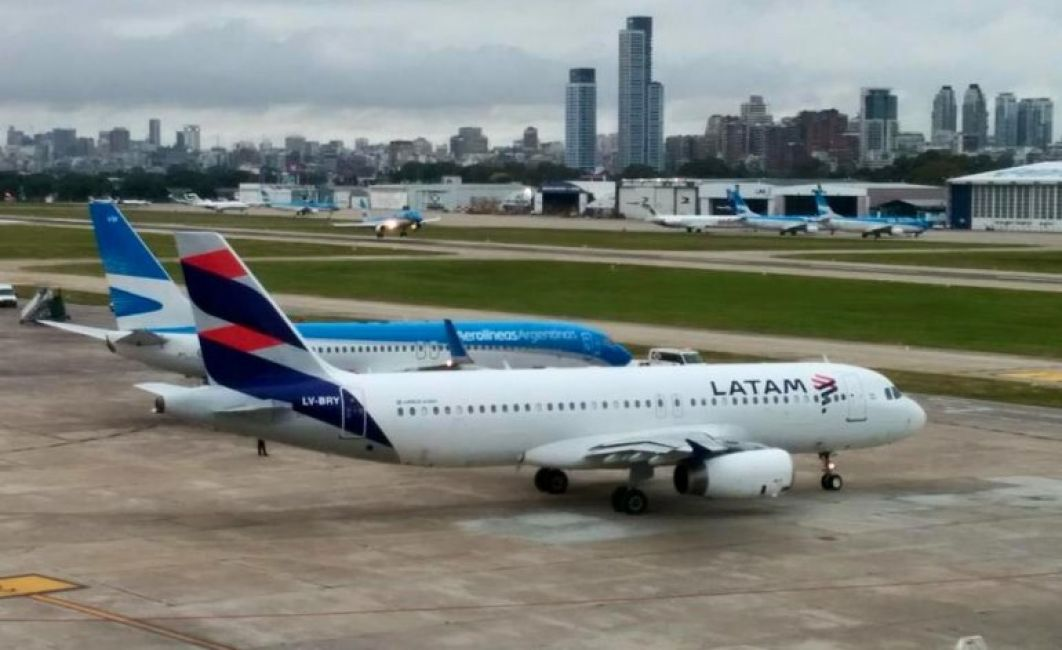 Trabajadores amenazan con cancelar vuelos si no atienden el reclamo salarial — Latam