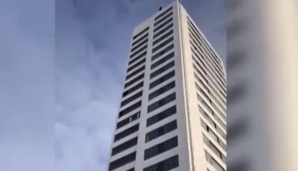 Salta del piso 24 y no se abre su paracaídas