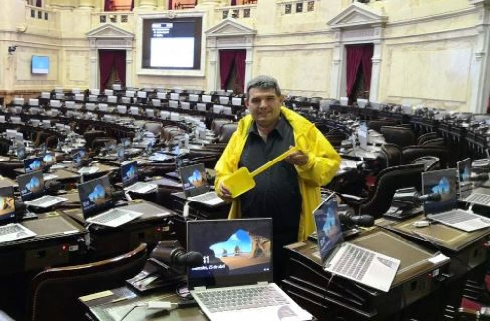 http://fm899.com.ar/public/images/noticias/44731-olmedo-llego-con-una-pala-a-la-sesion-especial-en-diputados.jpg