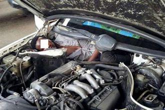 Quisieron entrar a España escondidos adentro de un motor de auto