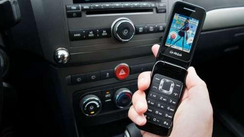 Nueva tendencia: gurúes empresariales vuelven a usar los celulares con tapa