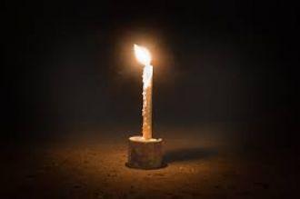 Le prendió una vela a la Virgen y se le quemó el negocio