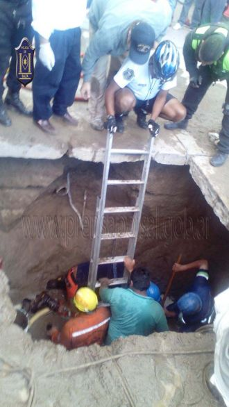 Rescataron a un obrero de Aguas del Norte de un pozo