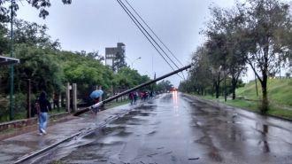 Un poste caído interrumpe el acceso a la UNSa