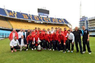 Antes de jugar con River, Sevilla posó en la Bombonera