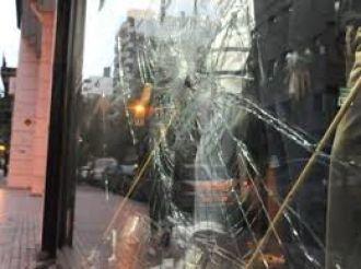 Las vidrieras otra vez son las victimas