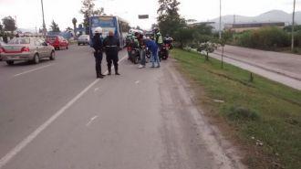 Una moto colisionó contra una bicicleta