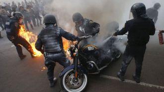 México: manifestantes prenden fuego a oficiales de la policía